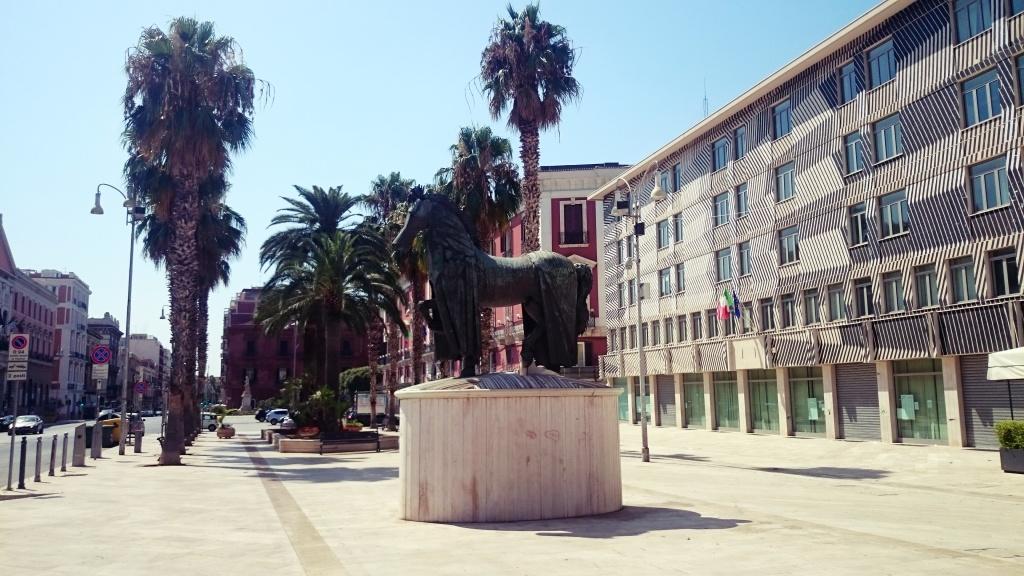 rzeźba Cavallo con Gualdrappa w Bari