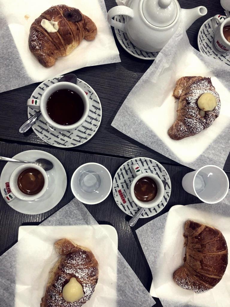 typowe włoskie śniadanie espresso i cornetti