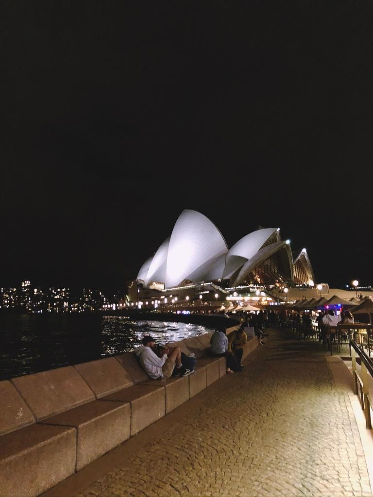 Podświetlona Opera w Sydney nocą