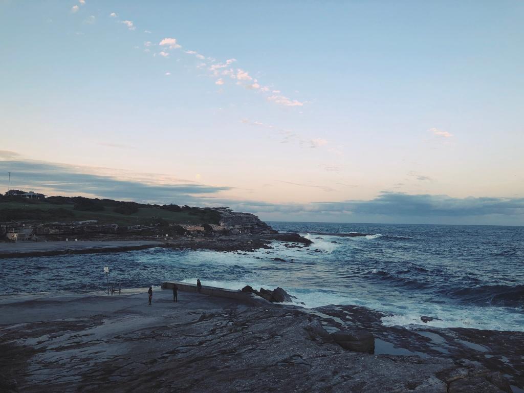 Zachód słońca nad wzburzonym oceanem