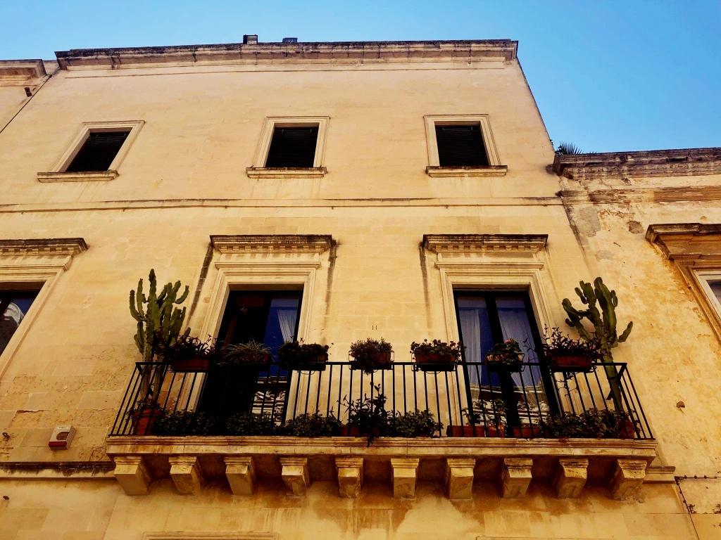 balkon włoskiego mieszkania z kaktusami