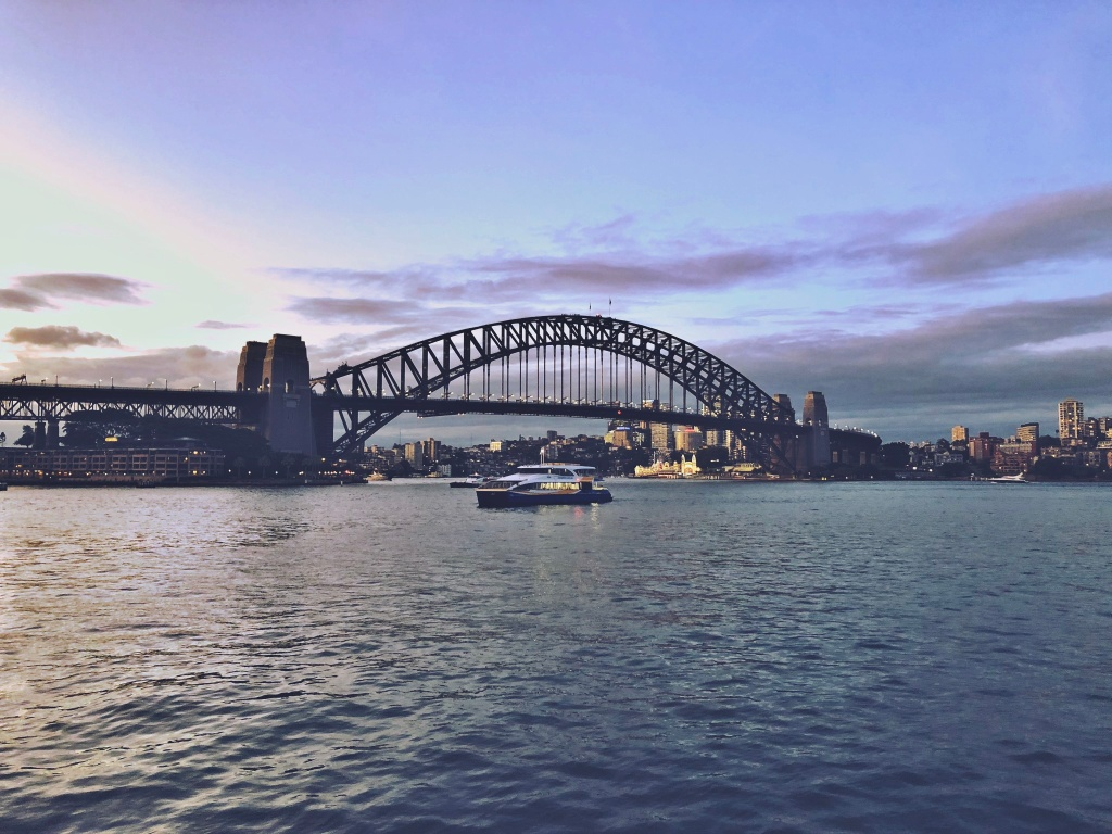 most przy zachodzącym słońcu
