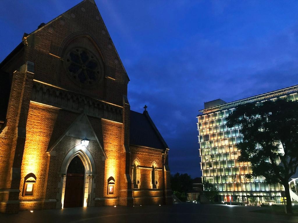 podświetlony kościół w nocy