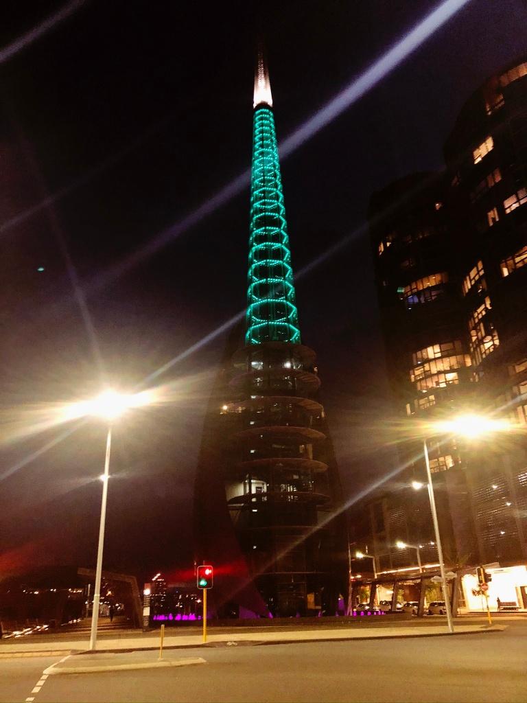 wieża podświetlona na turkusowo nocą