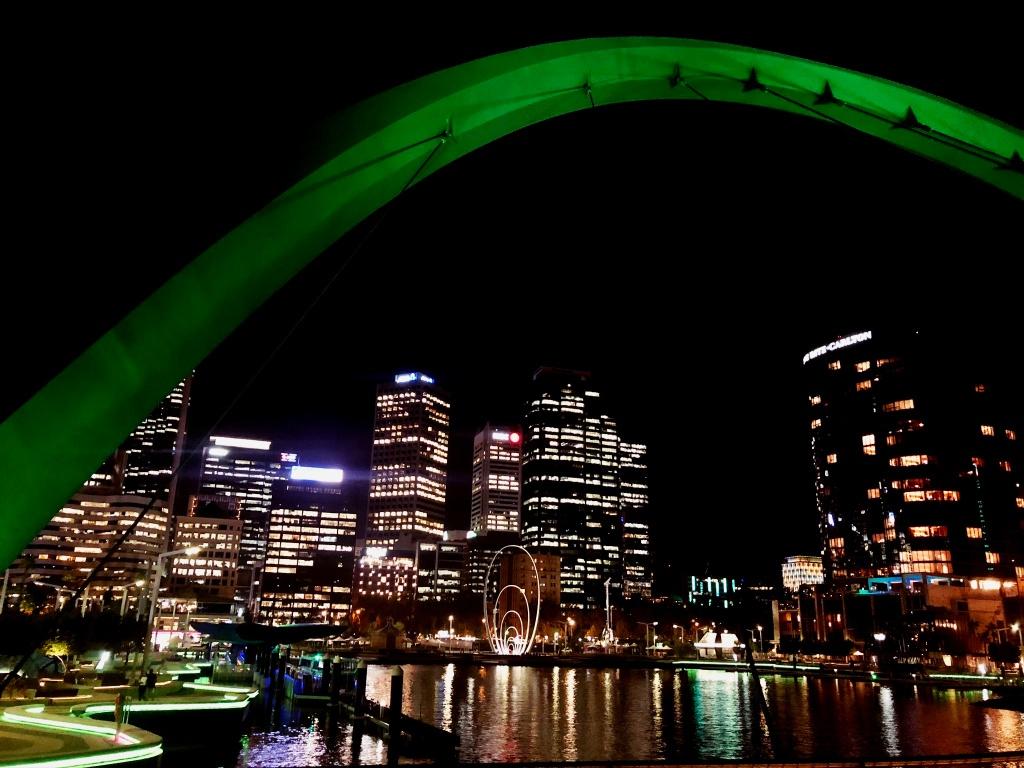 podświetlone centrum Perth nocą